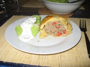 Hackfleisch-Blätterteigstrudel, serviert mit Romanesco und Joghurtdip